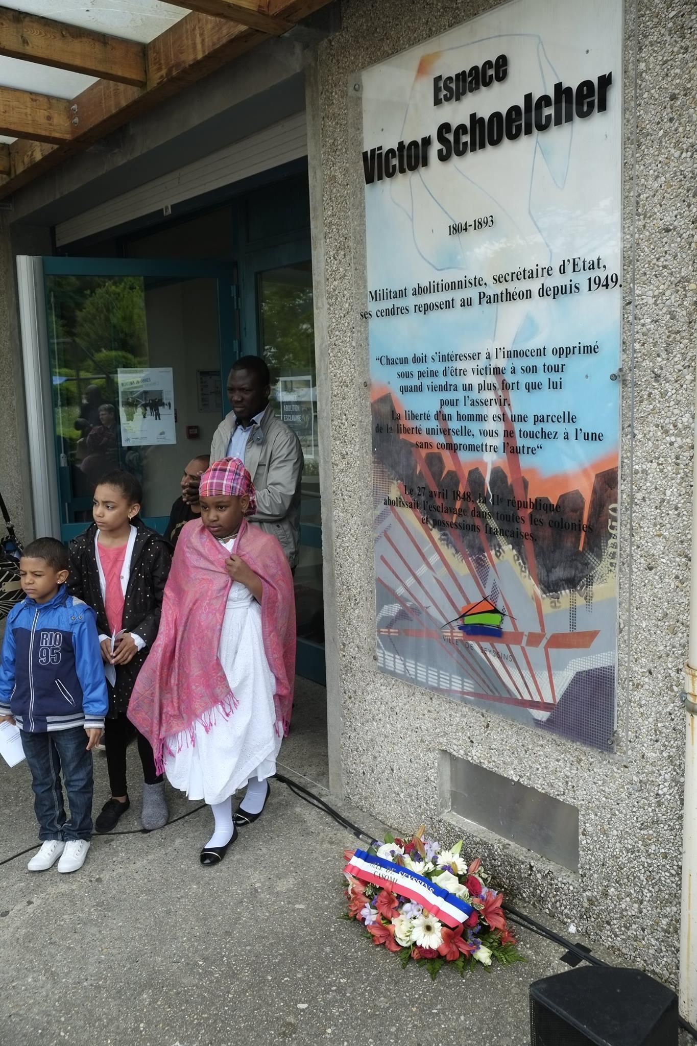 Commémoration de l' Abolition de l'Esclavage 2016 Seyssins enfants adhérents au CASOMI les enfants au moment du dépôt de Gerbe.